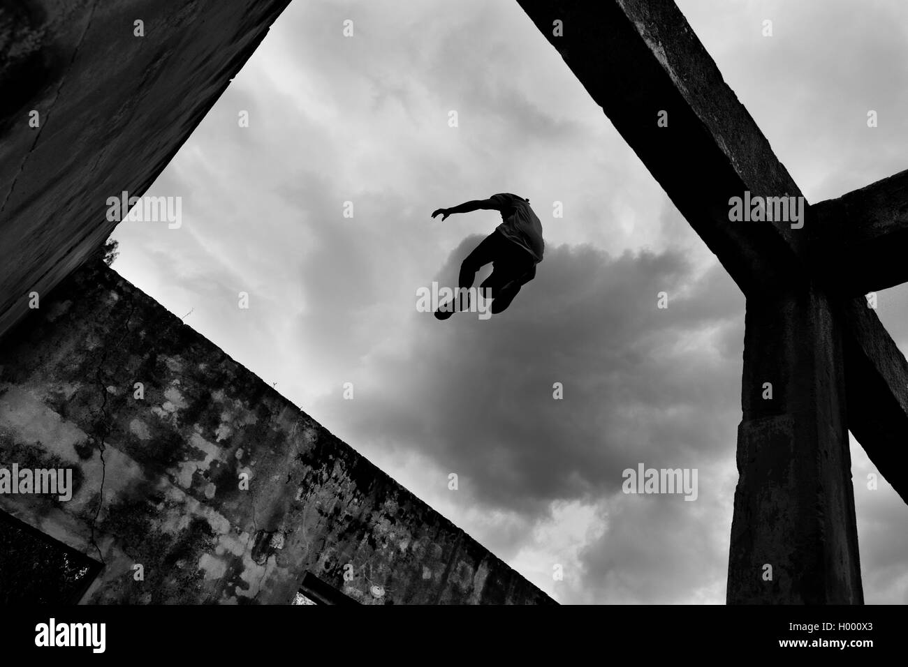 Jose Rodriguez, a freerunner from Plus Parkour team, jumps from the top of the walls during trainings in Bogotá, - Stock Image