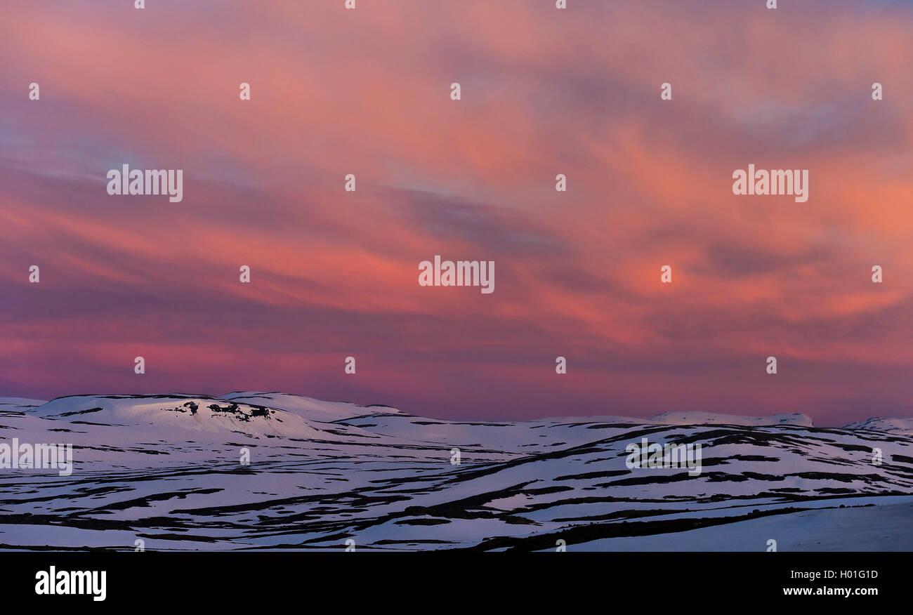 Wolken ueber Fjell im fruehen Morgenlicht, Norwegen, Hortdaland, Hardangervidda Nationalpark, Dyranut | very early - Stock Image