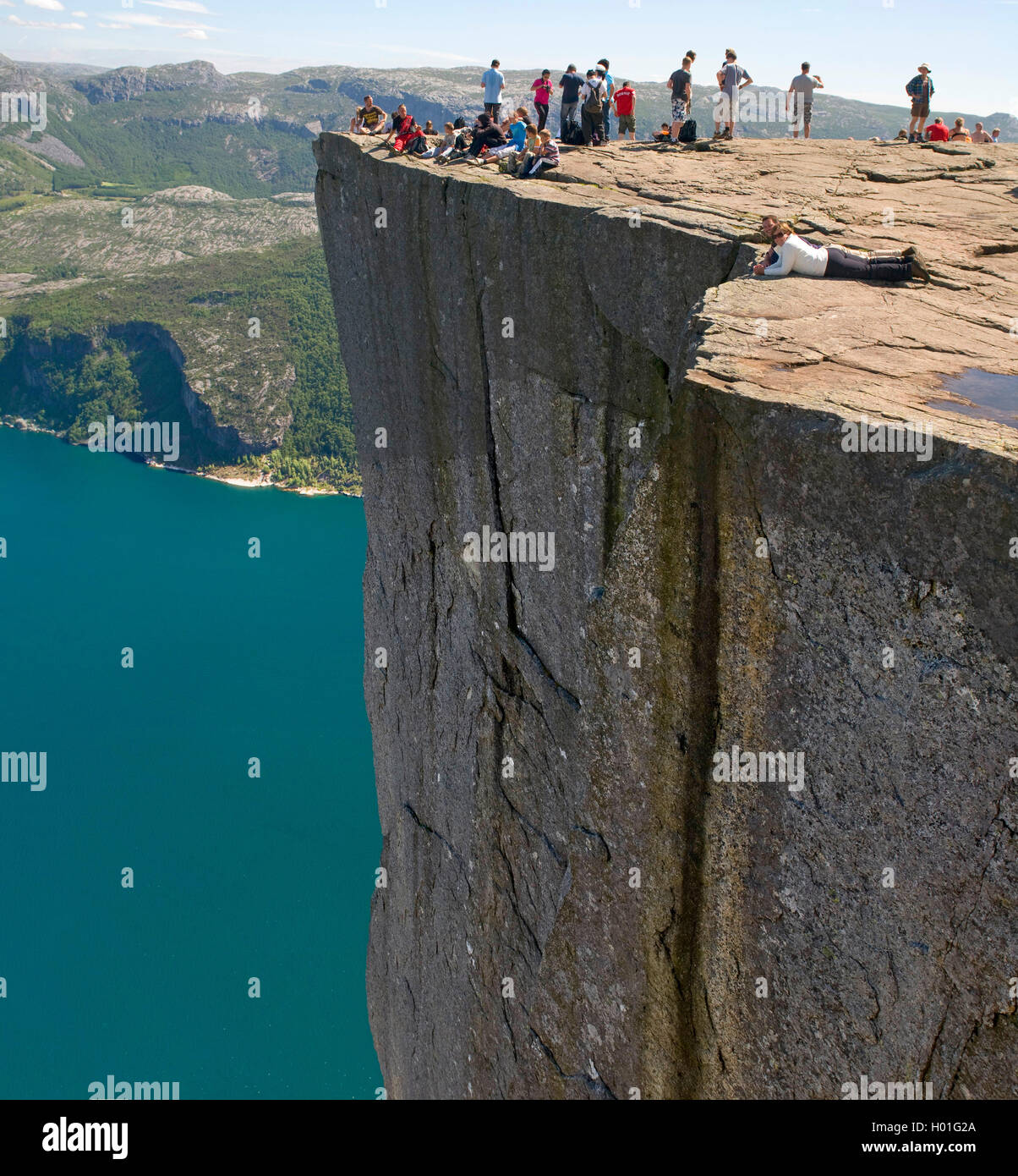 Menschen auf dem Felsplateau Preikestolen, Norwegen, Rogaland, Ryfylke, Lysefjord | people enjoying the steep cliff Stock Photo