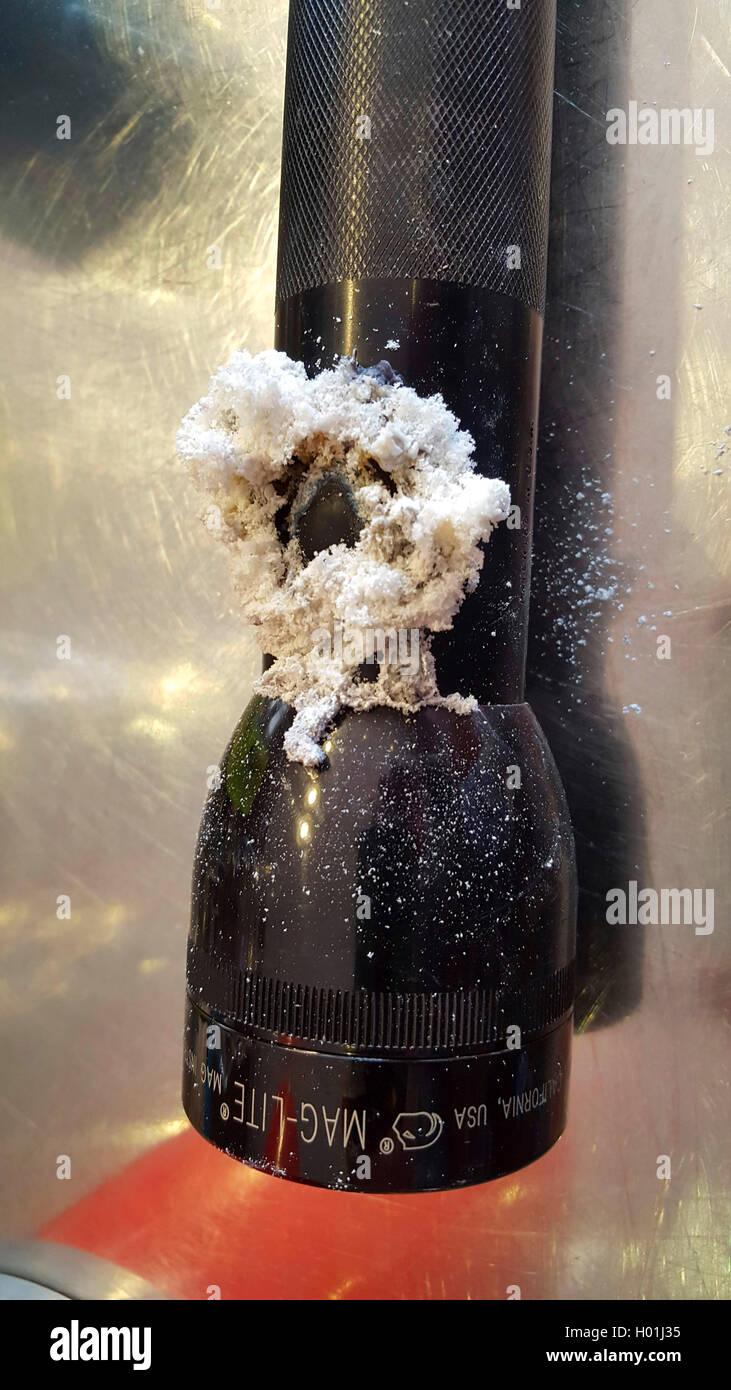 weisse flockige Ablagerungen durch ausgelaufene Batterien an einer Taschenlampe | white flaked depositions on a - Stock Image