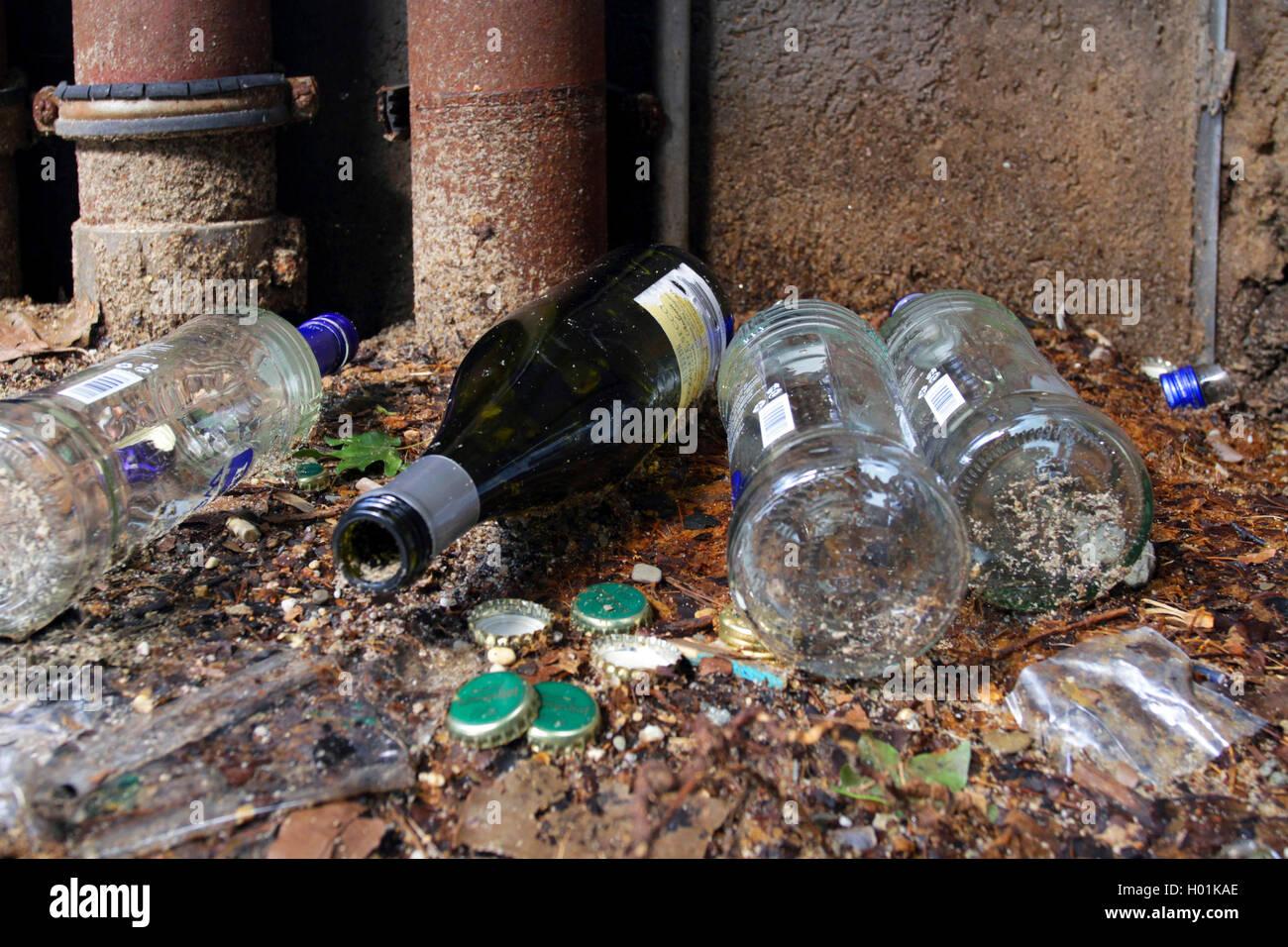 Flaschen von Alkoholikern an einer Strassenecke, Deutschland | empty bottles of alcoholics in a corner, Germany | BLWS432414.jpg Stock Photo