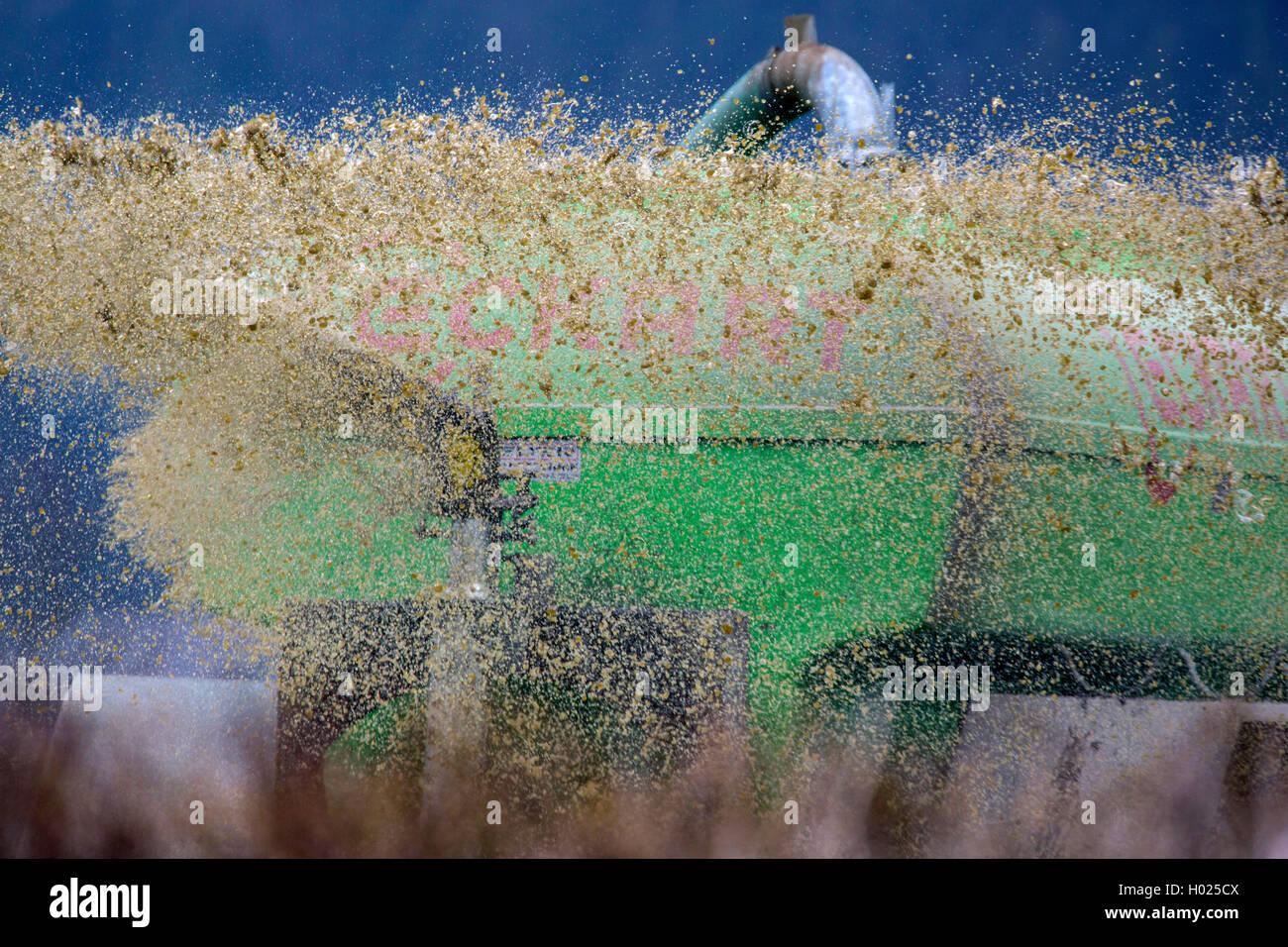 Guelle wird verspritzt, Deutschland, Bayern, Oberbayern | application of liquid manure, Germany, Bavaria, Oberbayern, - Stock Image