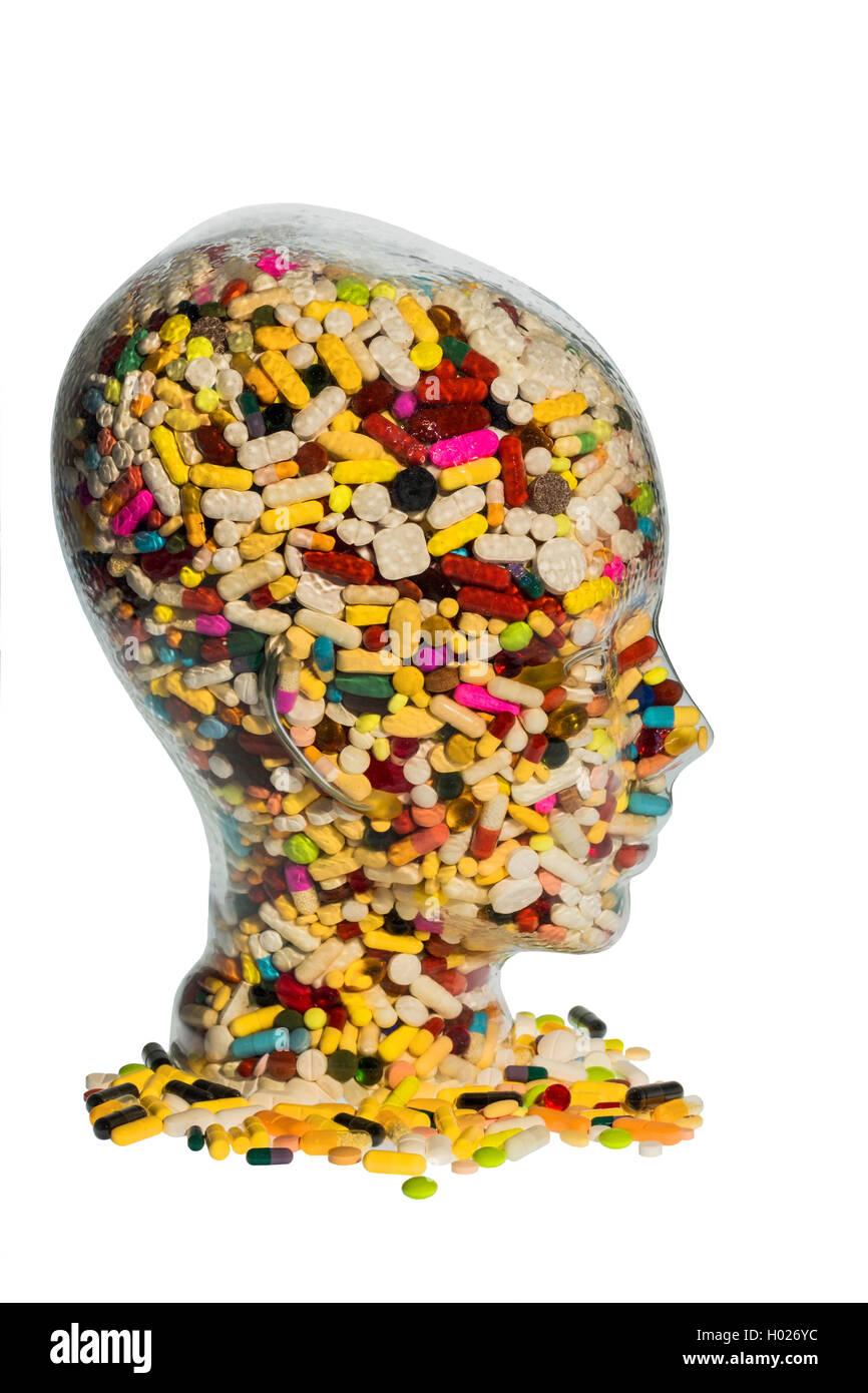 Kopf aus Glas mit Tabletten gefuellt. Symbolphoto fuer Medikamente, Tablettenmissbrauch und Tablettensucht   head filled with pi Stock Photo