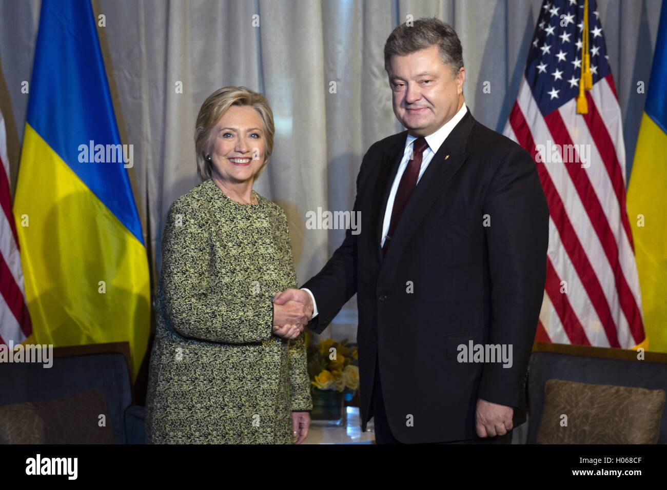 New York City, Usa. 19th Sep, 2016. US Presidential candidate Hillary Clinton (L) and Ukraine's President Petro Stock Photo