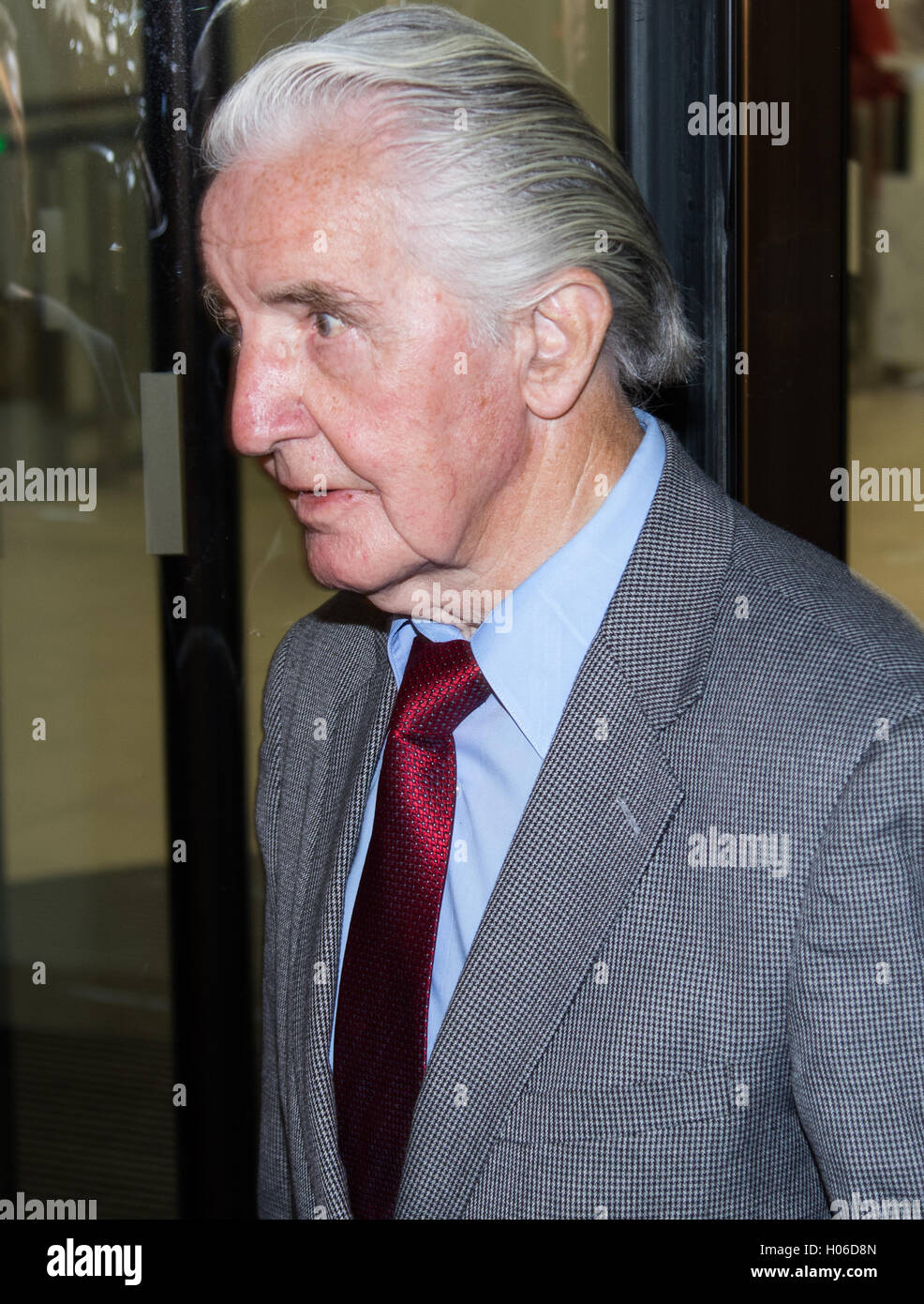 Westminster, London. 20th Sep, 2016. Dennis Skinner leaves the Labour Party Headquarters following a meeting of - Stock Image