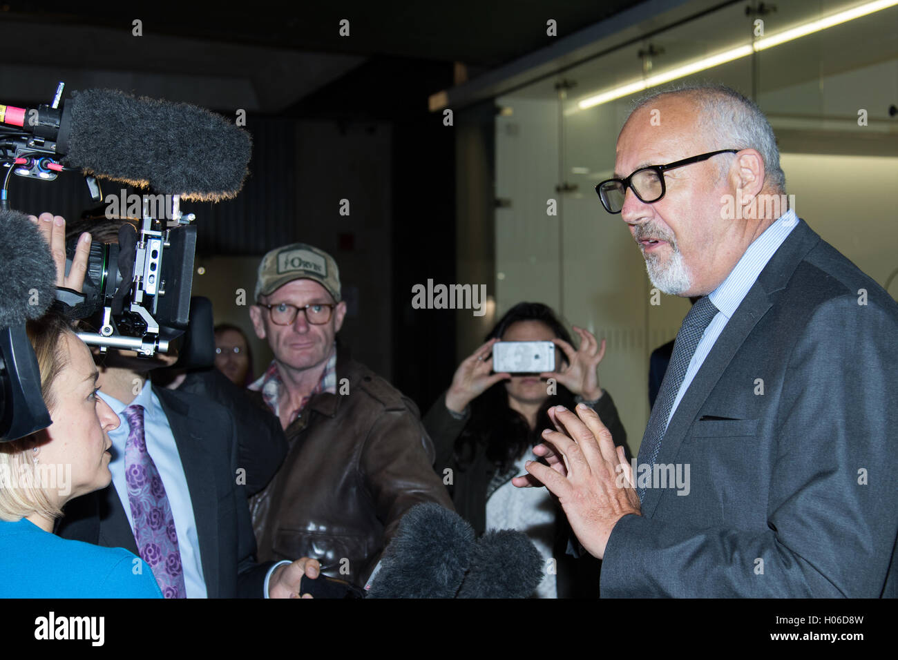 Westminster, London. 20th Sep, 2016. JON TRICKETT addresses the press as he leaves the Labour Party Headquarters - Stock Image