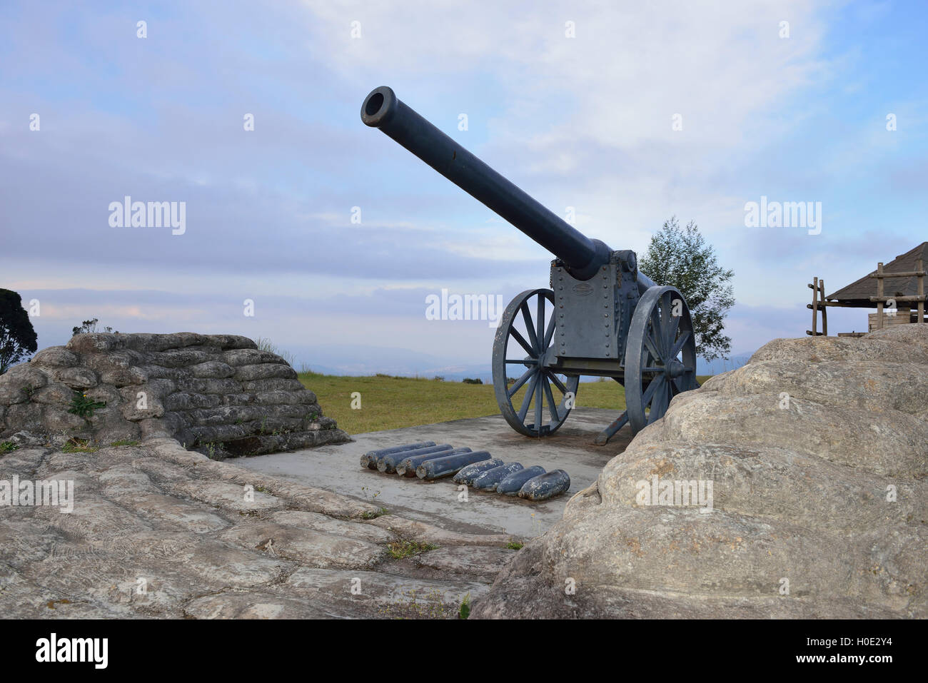 Long Tom Monument,a French field gun commemorating the last use of the Boer 155 mm Creusot Long Tom guns during - Stock Image