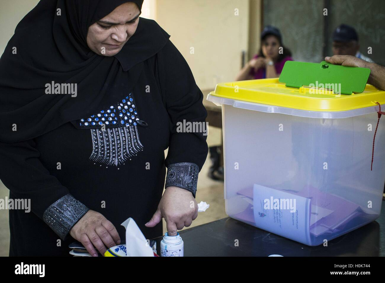 e95071b49bd Amman, Amman, Jordan. 20th Sep, 2016. A Jordanian woman casts her