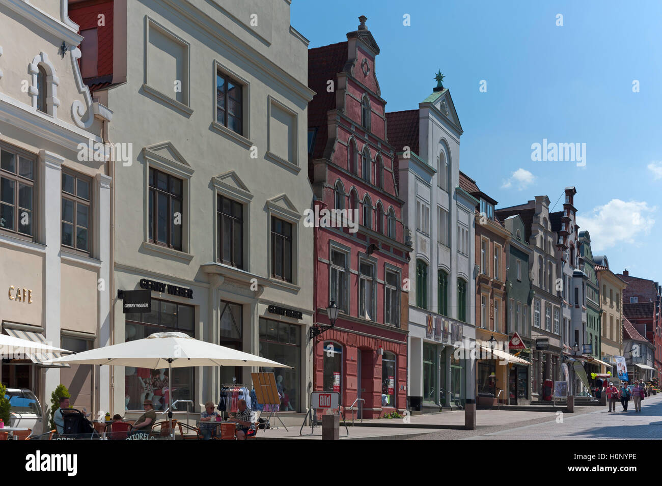 Pedestrian area with colorful facades, downtown, Wismar, Mecklenburg-Western Pomerania, Germany - Stock Image