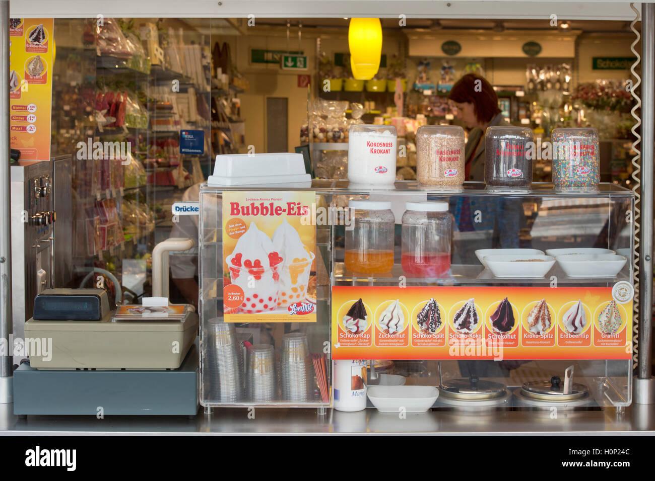 Deutschland, Nordrhein-Westfalen, Wuppertal-Barmen, Fussgängerzone Werth, Bubble-Ice - Stock Image
