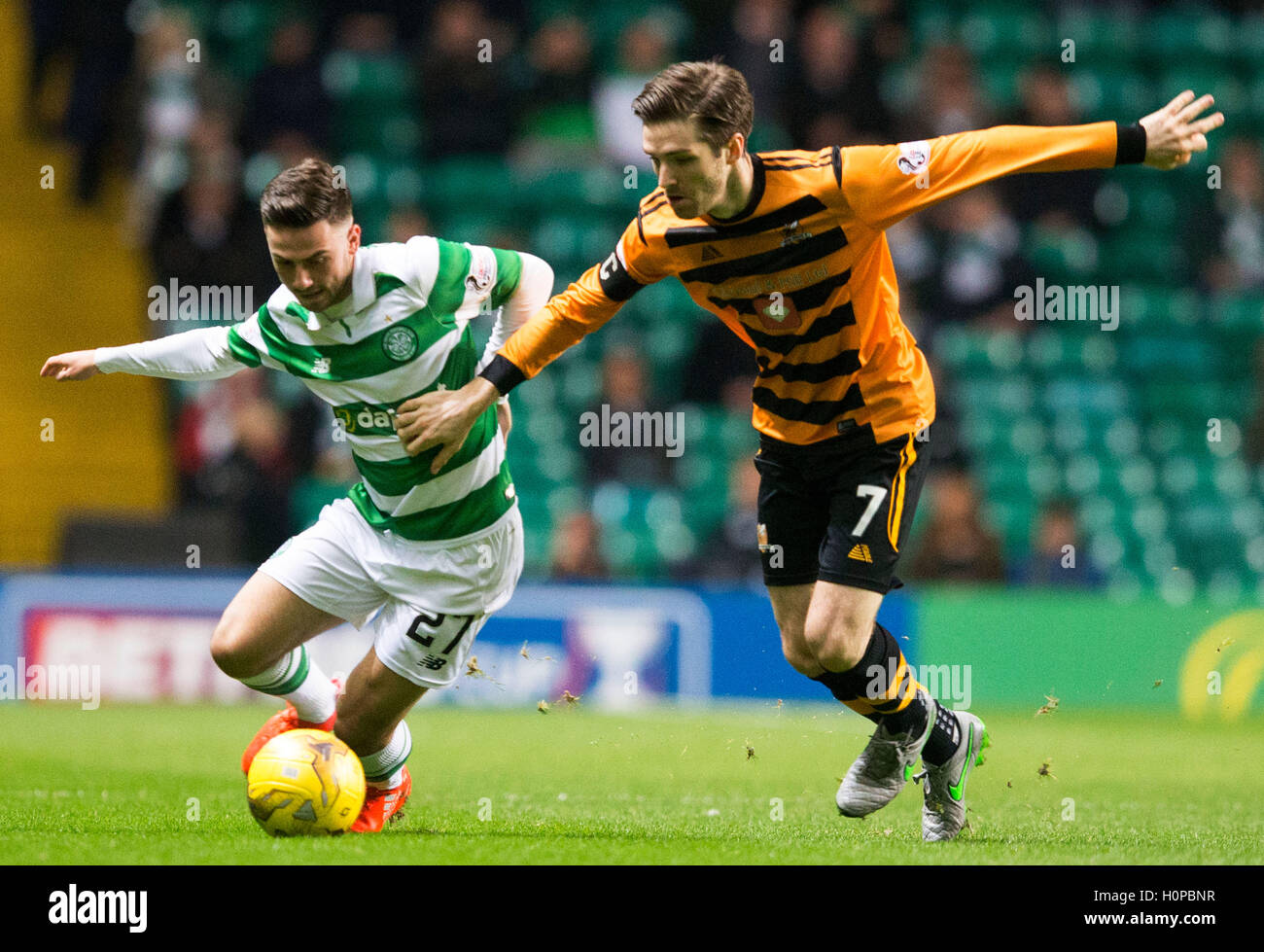 Alloa Athletic's Iain Flannigan (right) and Celtic's Patrick Roberts battle for the ball during the Betfred - Stock Image