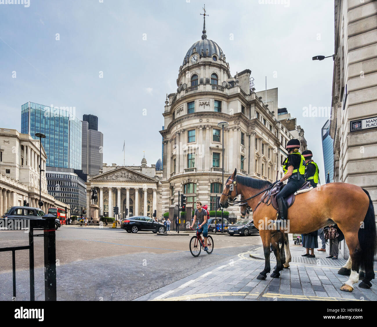 Great Britain, England, City of London, mounted police at Cornhill and Bank Junction in the financial centre of - Stock Image