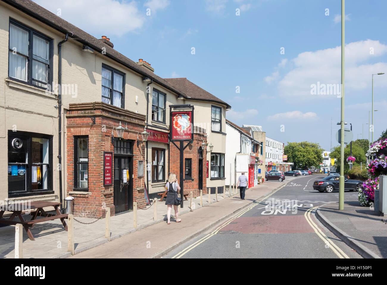 The Royal Swan Pub, London Road, Blackwater, Hampshire, England, United Kingdom - Stock Image