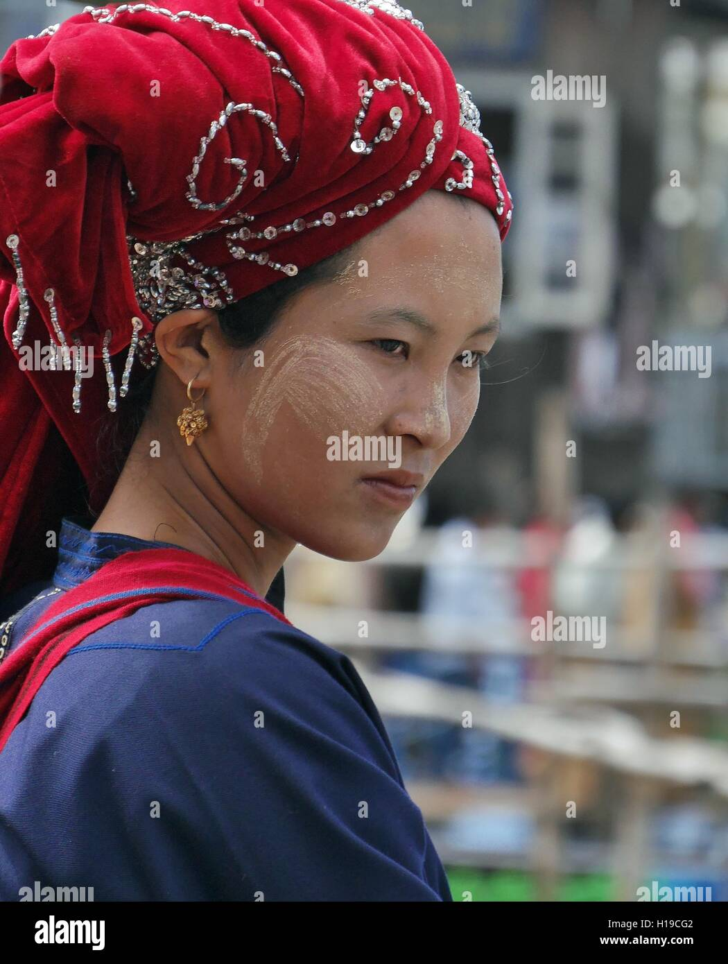 Pa-O woman wearing special headdress typical of that ethnic group at Phaung Daw Oo Pagoda Festival, Inle Lake, Shan - Stock Image