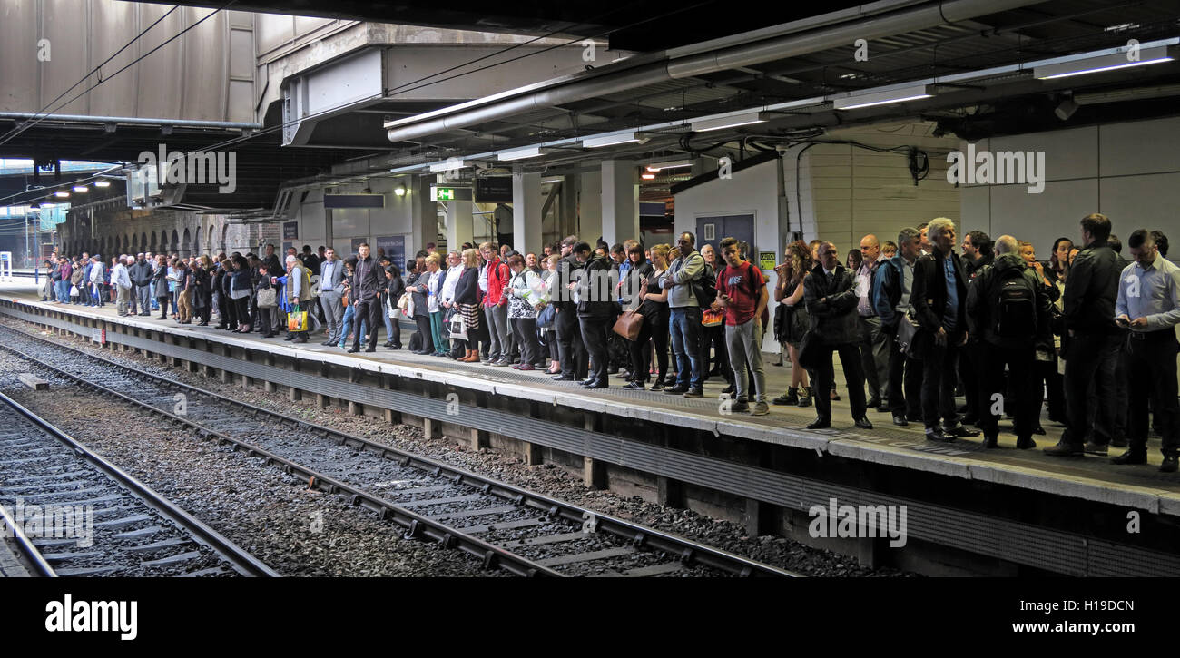 Passengers queuing at Birmingham New St platform - Stock Image
