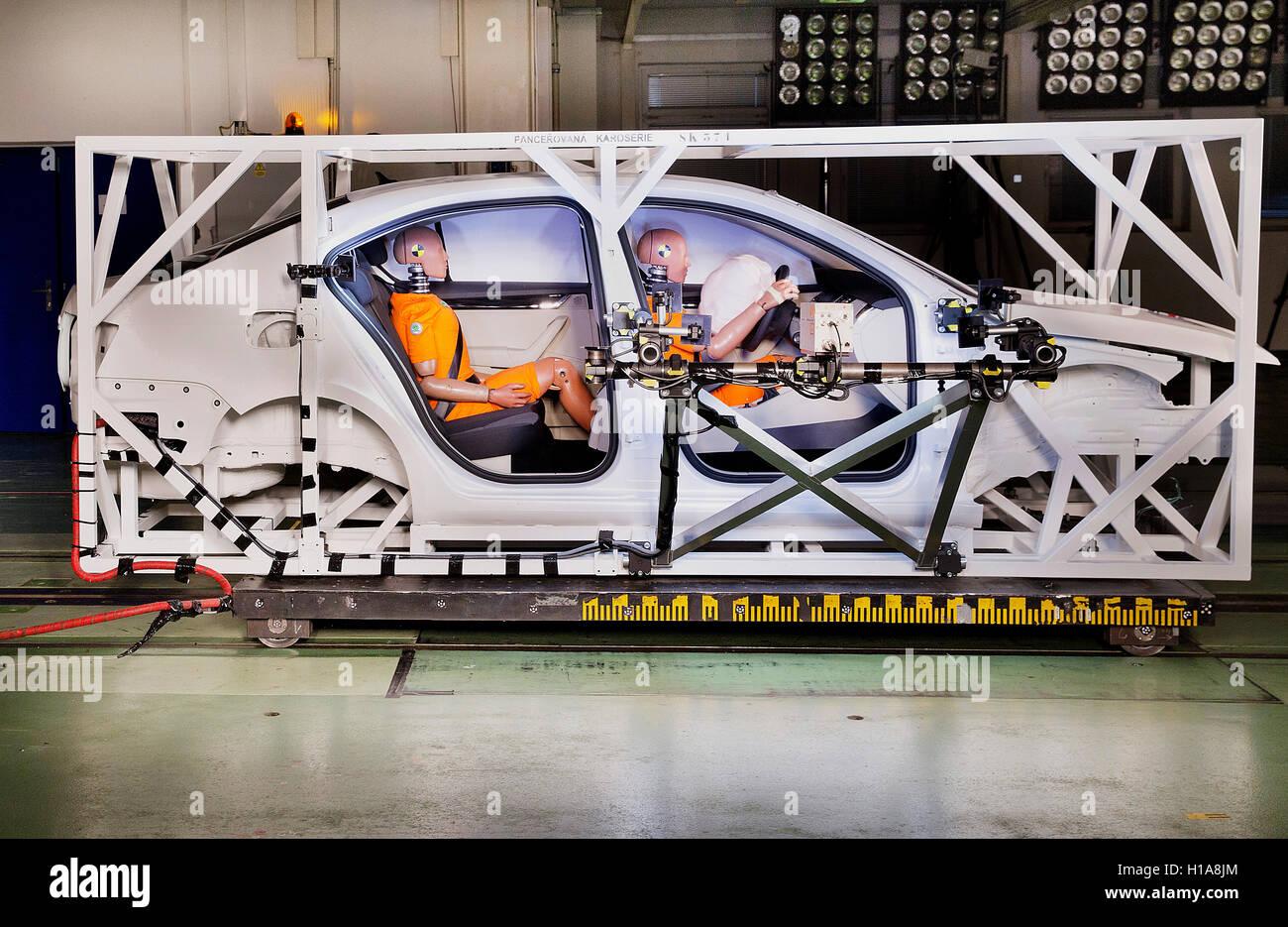 Skoda Auto, sled test, crash test dummy Oscar, seat belts