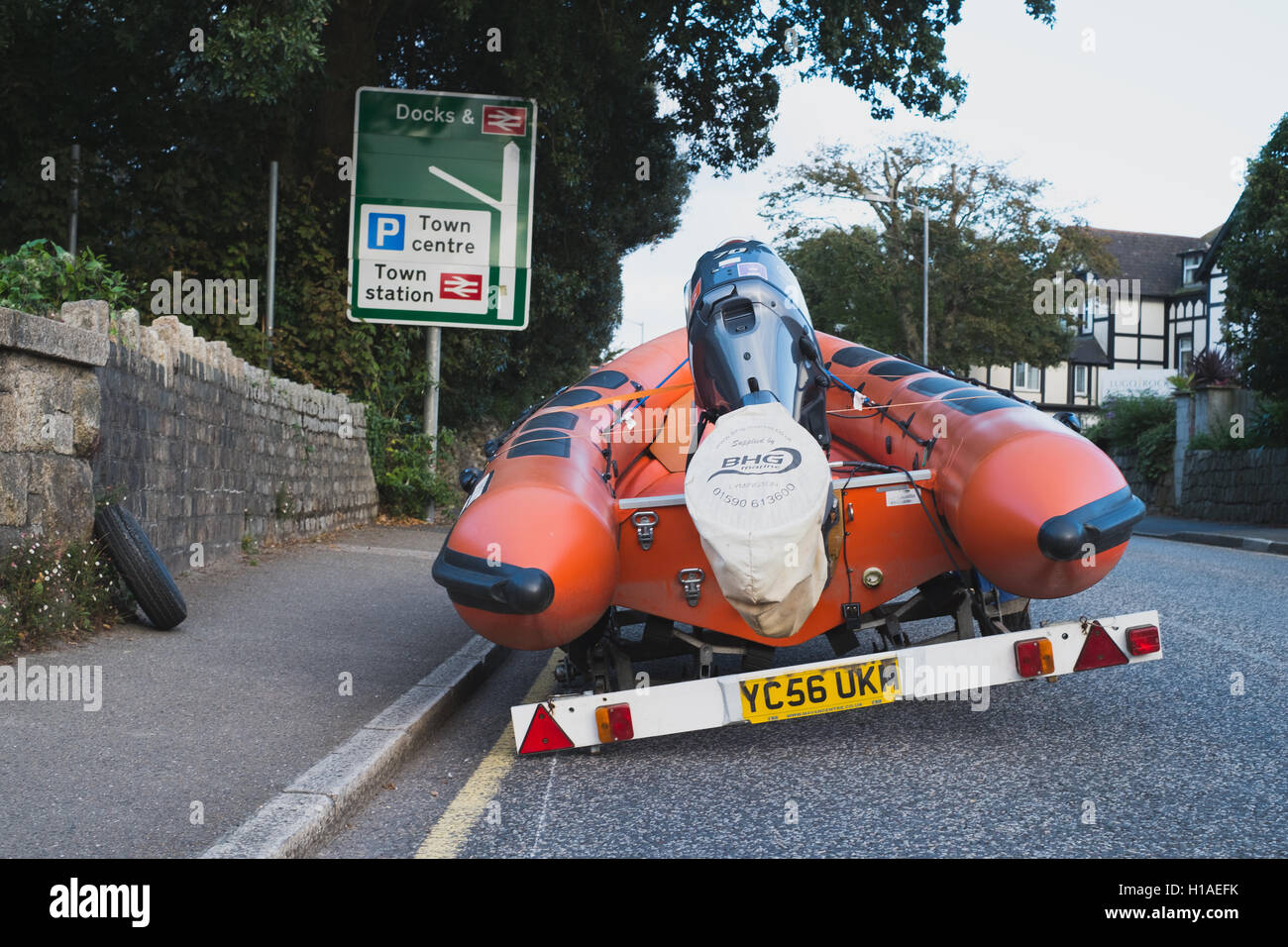 Falmouth, Cornwall, UK. 22nd September, 2016. A trailer carrying a RIB loses a near side wheel on the main A39 into - Stock Image