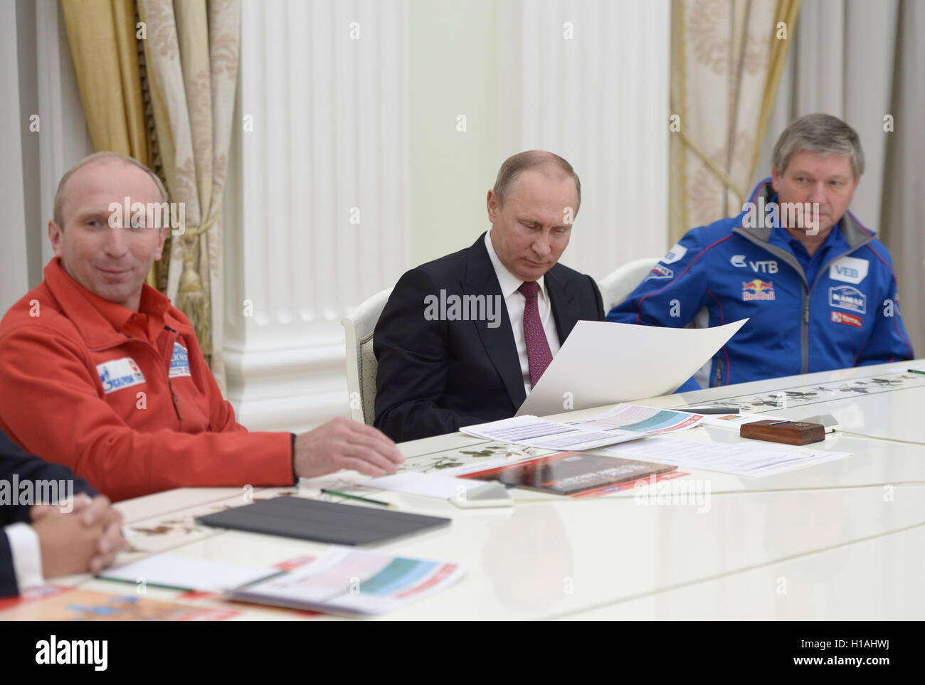 MOSCOW, RUSSIA – SEPTEMBER 22, 2016: Russia's President Vladimir Putin (C) meets with Silk Way Rally organisers - Stock Image