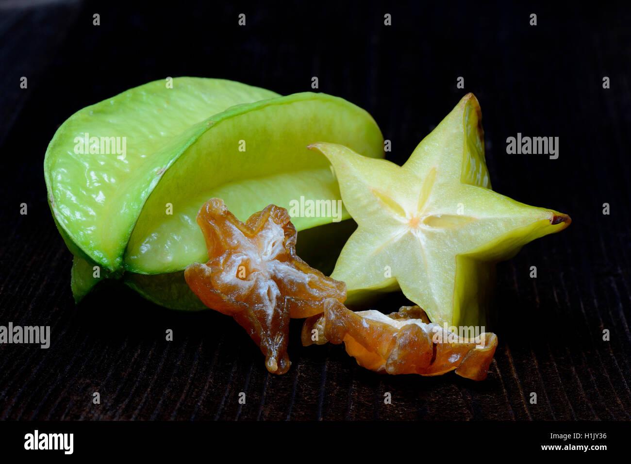 Sternfrucht, frische Frucht aufgeschnitten und getrocknete Frucht, Averrhoa carambola - Stock Image