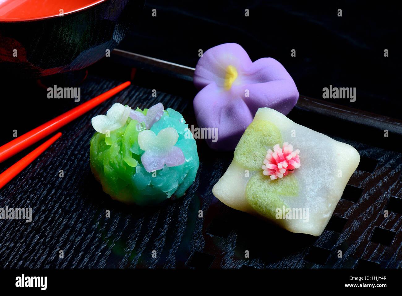 Wagashi, Japanische Suessigkeiten auf Tablett mit Schriftzeichen, mochi, Suessigkeit, Suessigkeiten, suess, süss, - Stock Image