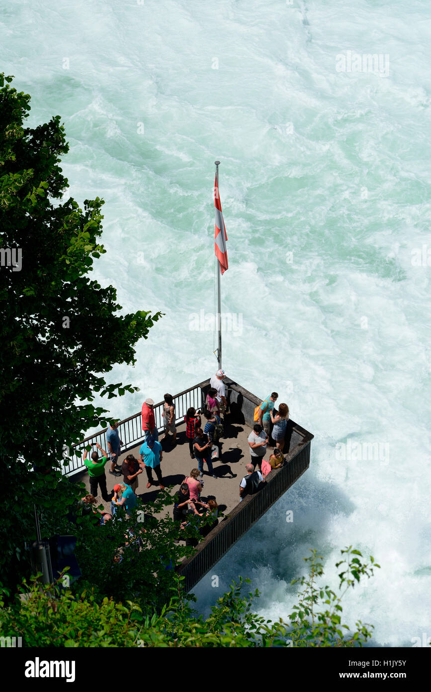 Touristen auf auf Aussichtsterasse, Rheinfall, Schaffhausen, Schweiz - Stock Image