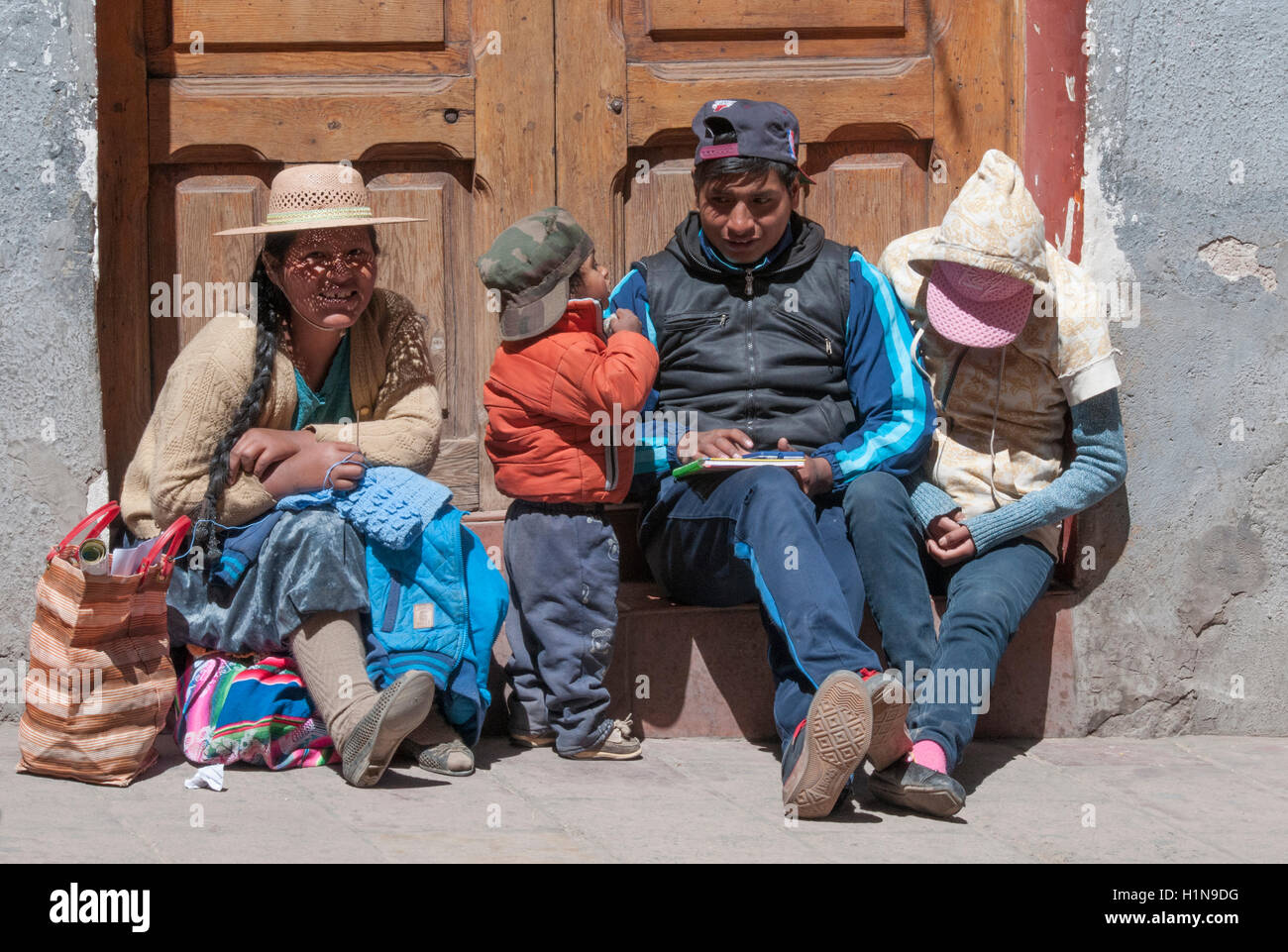 Young Bolivian family resting in Potosi - Stock Image