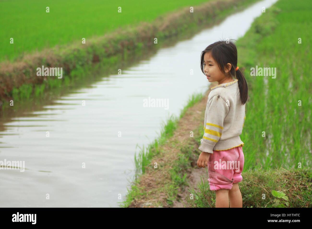 Chợ Viềng: Kids Playing In River Village Stock Photos & Kids Playing