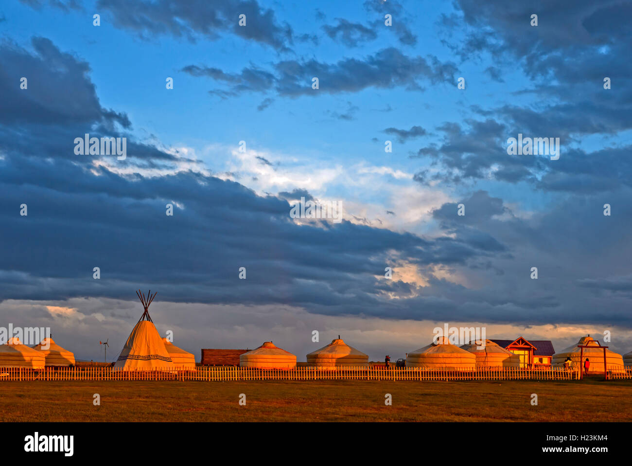 Jurten im Khatan Ugii Tourist Camp Lager zum Sonnenuntergang am Ogii Nuur See, Mongolei - Stock Image