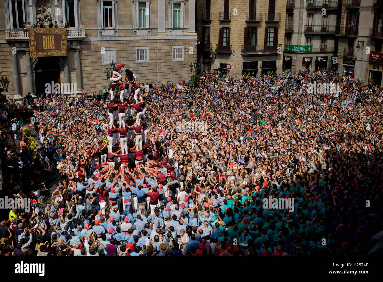 Barcelona, Catalonia, Spain. 24th Sep, 2016. A human tower (castell in catalan) is built in Barcelona. For The Merce Festival (Festes de la Merce) has been held the traditional Jornada Castellera (Human Towers Day) in the town hall square of Barcelona. Credit:  Jordi Boixareu/ZUMA Wire/Alamy Live News Stock Photo