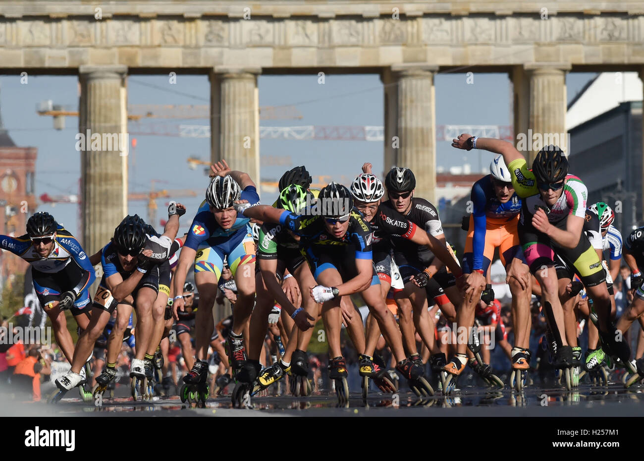 Berlin, Germany. 24th Sep, 2016. Numerous in-line skaters sprint towards the finish line during the in-line skating competition at the 43rd Berlin Marathon in Berlin, Germany, 24 September 2016. Photo: KLAUS-DIETMAR GABBERT/dpa/Alamy Live News Stock Photo