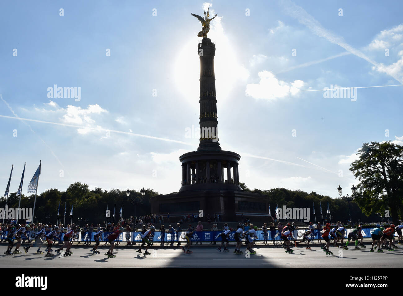 Berlin, Germany. 24th Sep, 2016. Numerous in-line skaters ride past the Victory Column during the in-line skating competition at the 43rd Berlin Marathon in Berlin, Germany, 24 September 2016. Photo: KLAUS-DIETMAR GABBERT/dpa/Alamy Live News Stock Photo