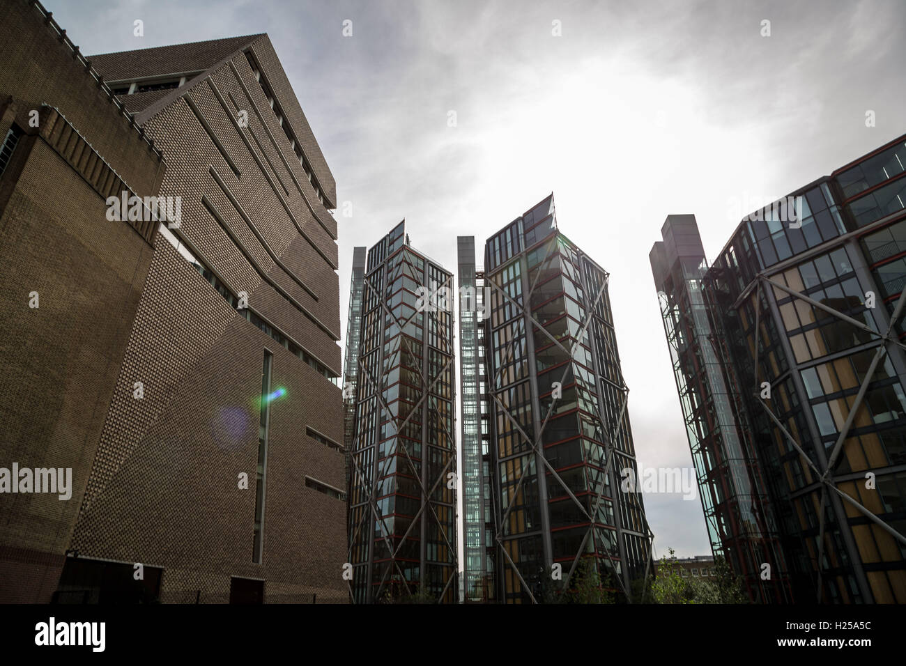 Tate Modern new Switch House building (left) with Neo Bankside luxury high-rise apartments (right) in London, UK. - Stock Image