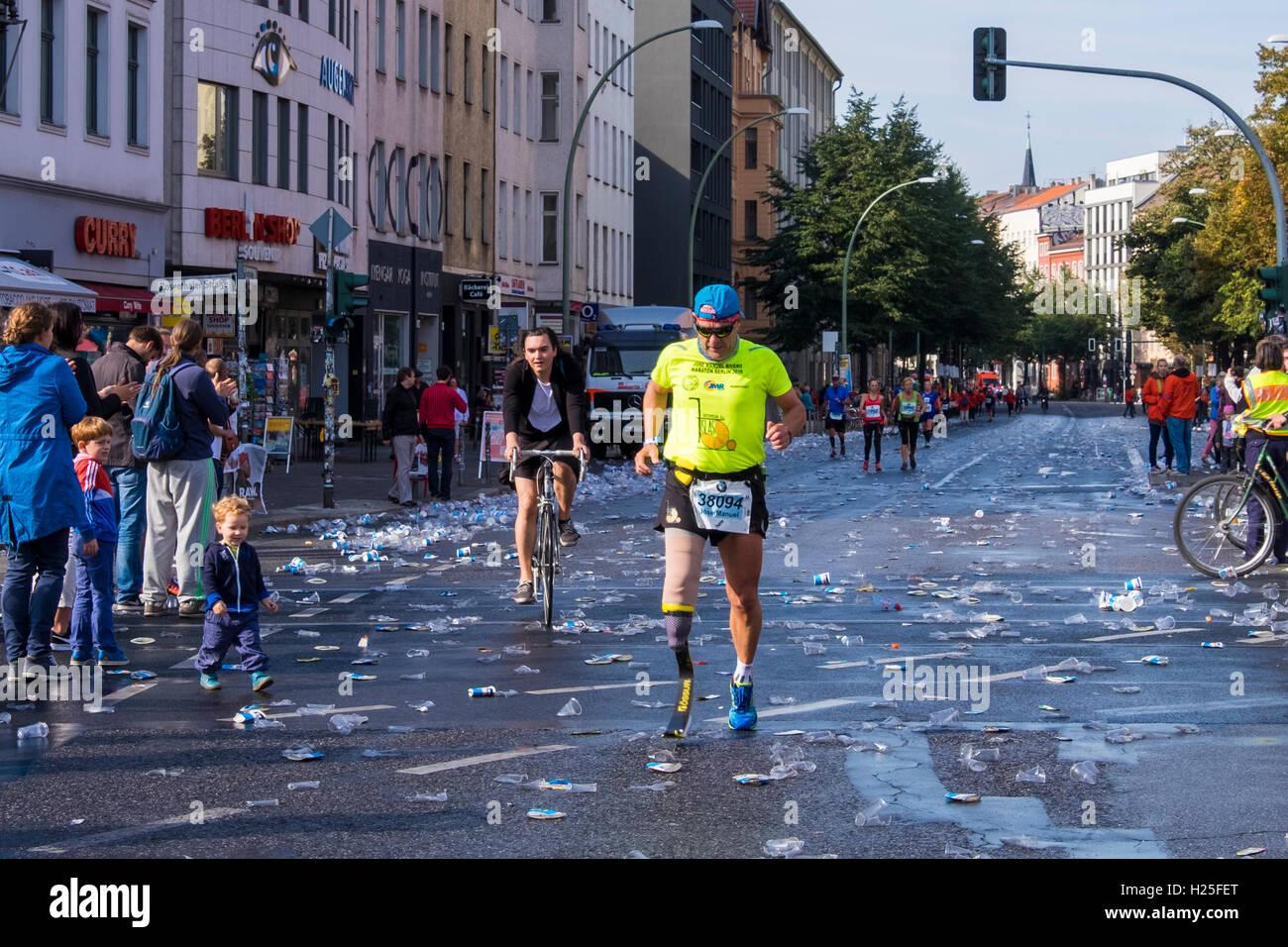 Berlin, Germany, 25th September, 2016. Blade-runner in the Berlin Marathon at the 10 Kilometer mark at Rosenthalerplatz. - Stock Image