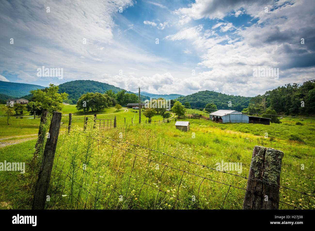 Fence and view of a farm in rural Shenandoah Valley of Virginia. - Stock Image