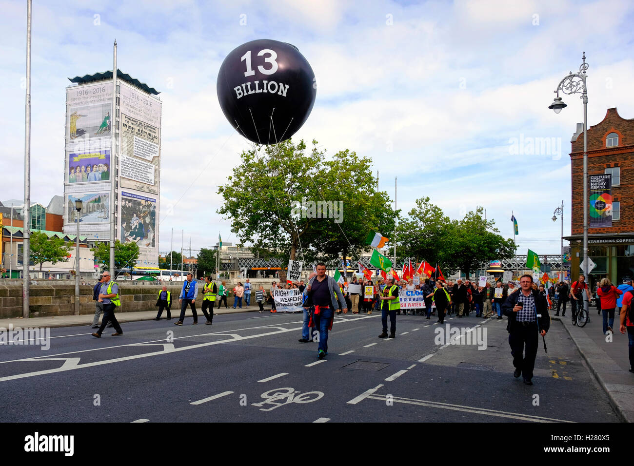 Anti-Water charge protestors in Dublin with giant Balloon representing 13 Billion Euro Tax avoidance by Apple Computers - Stock Image