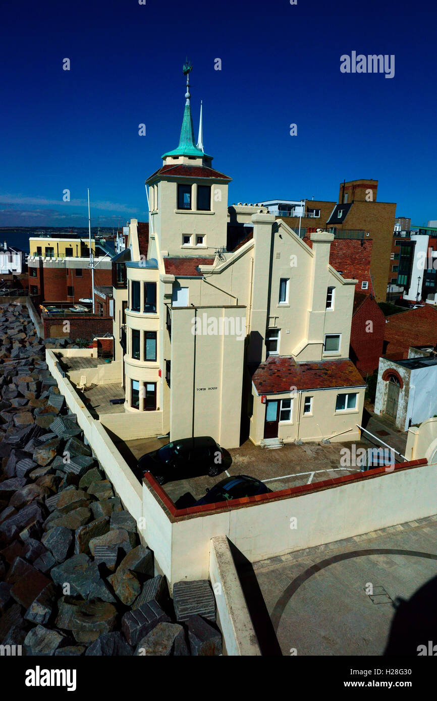 TOWER HOUSE, YELLOW HOUSE NEXT TO ROUND TOWER OLD PORTSMOUTH. - Stock Image