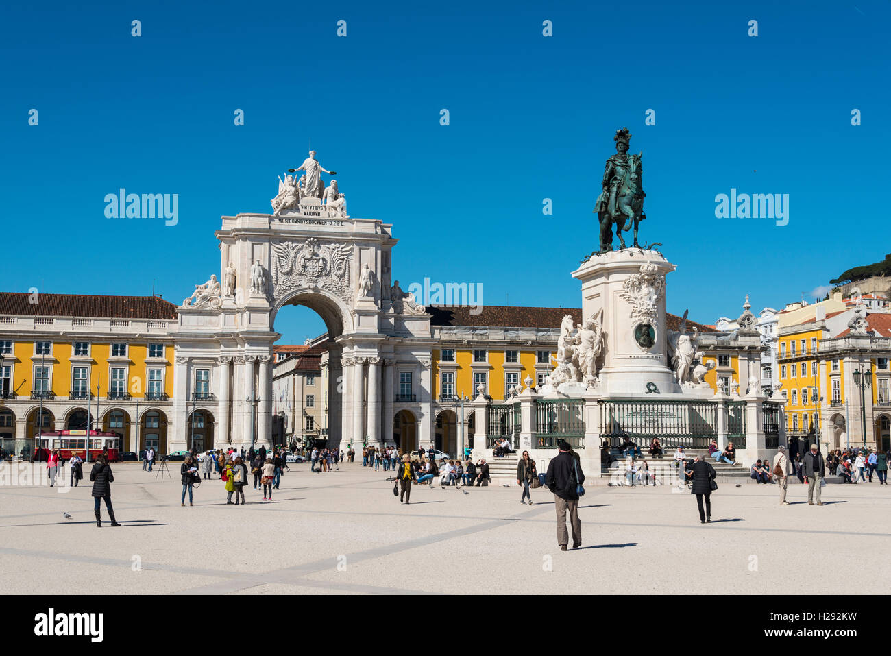 Arco da Vitoria, equestrian statue of King Joseph I at Praça do Comércio, Lisbon, Portugal - Stock Image