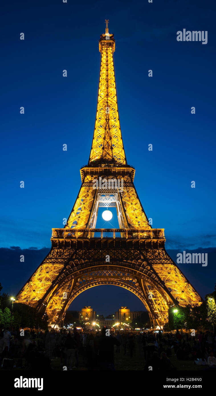 Eiffel Tower at dusk, Tour Eiffel, SETE – illuminations Pierre Bideau, Paris, Ile-de-France, France - Stock Image