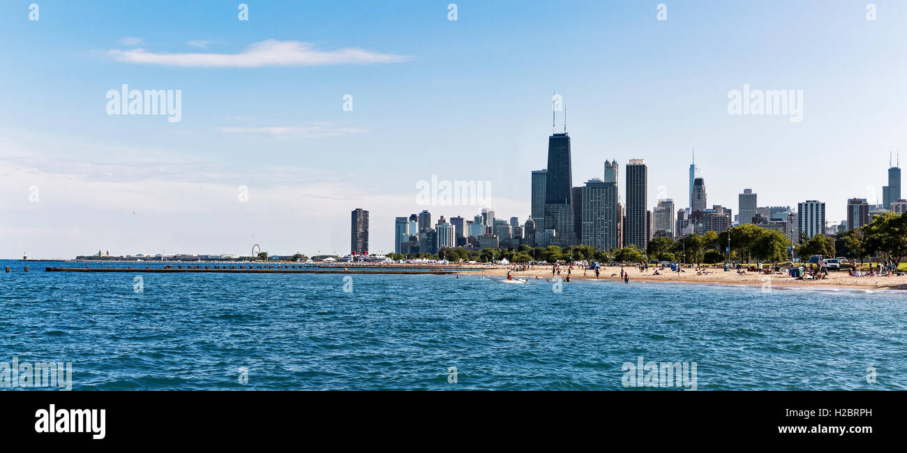 Lake Michigan, Chicago skyline in the distance, Chicago, Illinois, USA - Stock Image