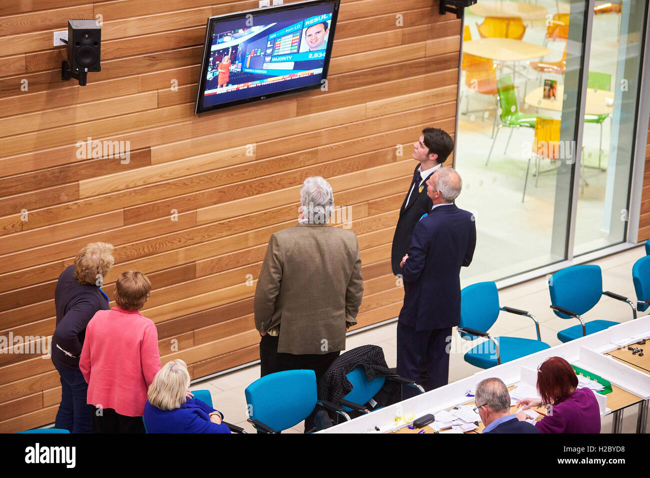 People watch TV while the Aylesbury count is underway in the 2015 general election - Stock Image