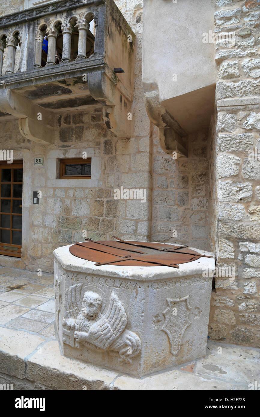 St Mark's winged lion of Venice on a 15th Century well, Hvar Town, Croatia, Dalmatia, Dalmatian Coast, Europe. - Stock Image