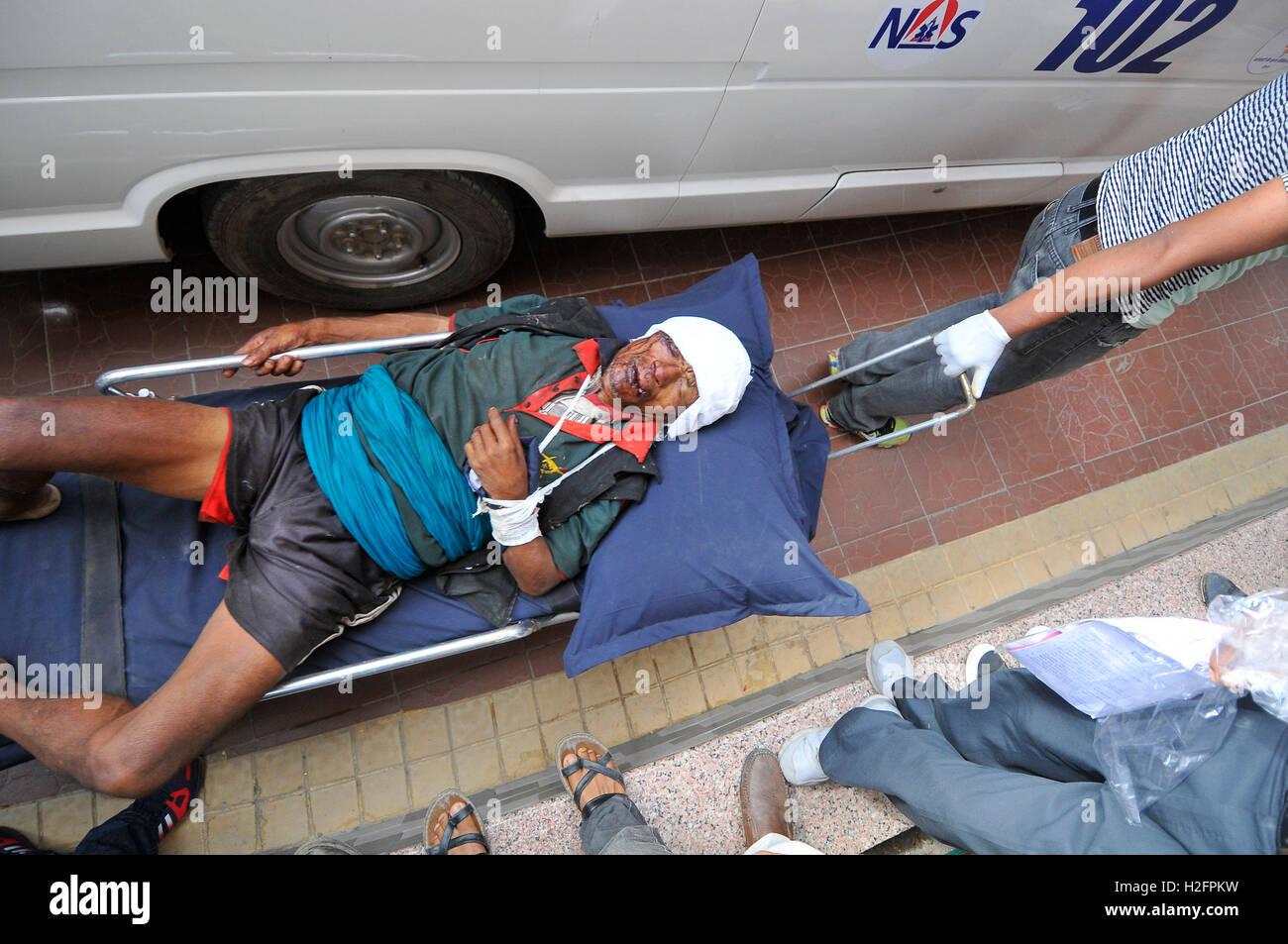 Kathmandu, Nepal. 27th Sep, 2016. Hospital staffs carrying an injured passenger towards Tribhuwan university teaching Stock Photo