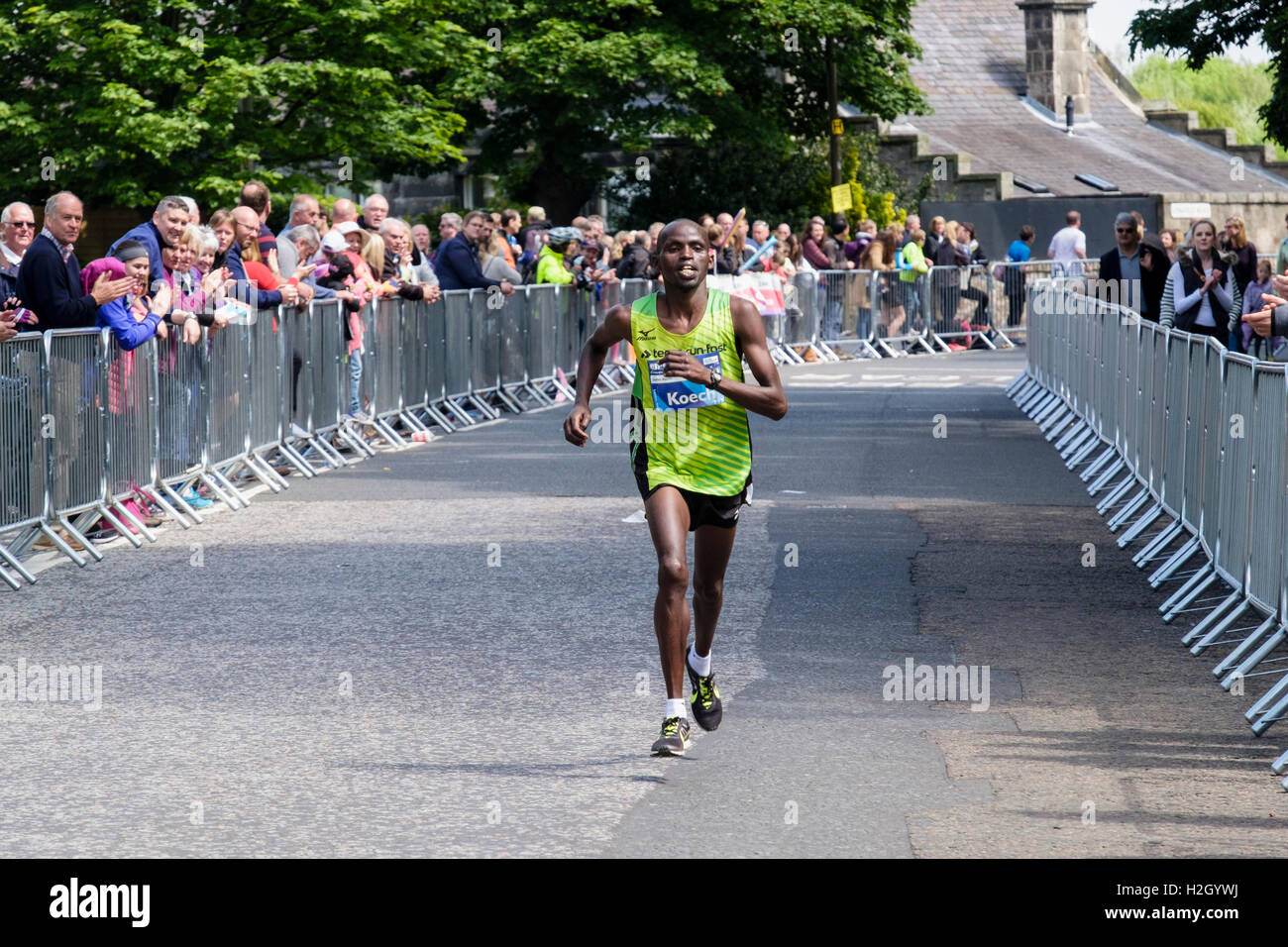 Kenyan runner Japhet Koech runs in 2016 Edinburgh marathon with spectators cheering him into 3rd place. Musselburgh - Stock Image