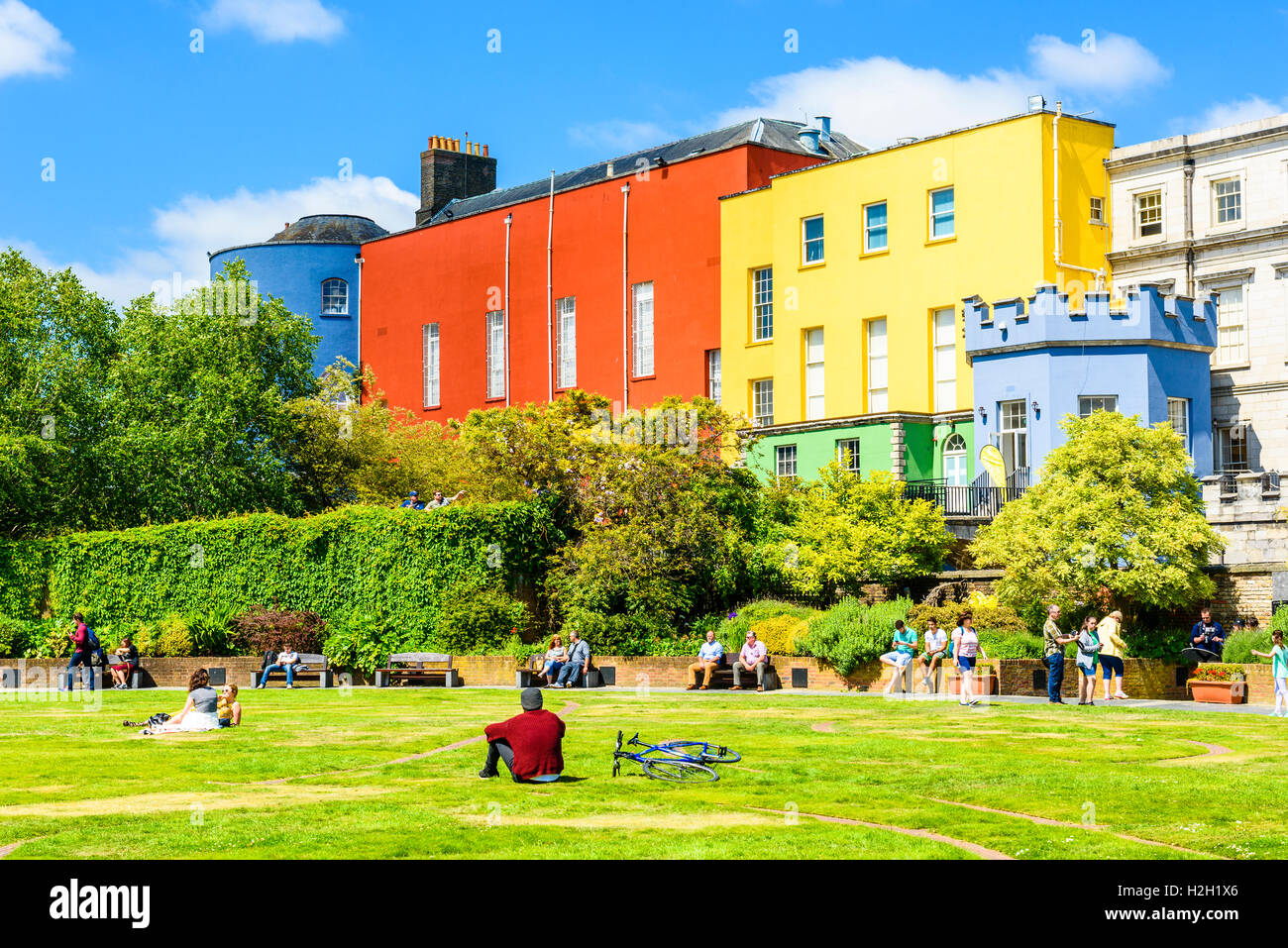 Dubhlinn Gardens and the colourful walls of the State Apartments at Dublin Castle, Ireland - Stock Image