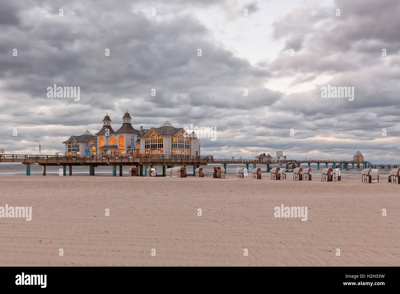 Beach and historic pier at Ostseebad Sellin, Ruegen, Germany, at dusk - Stock Image