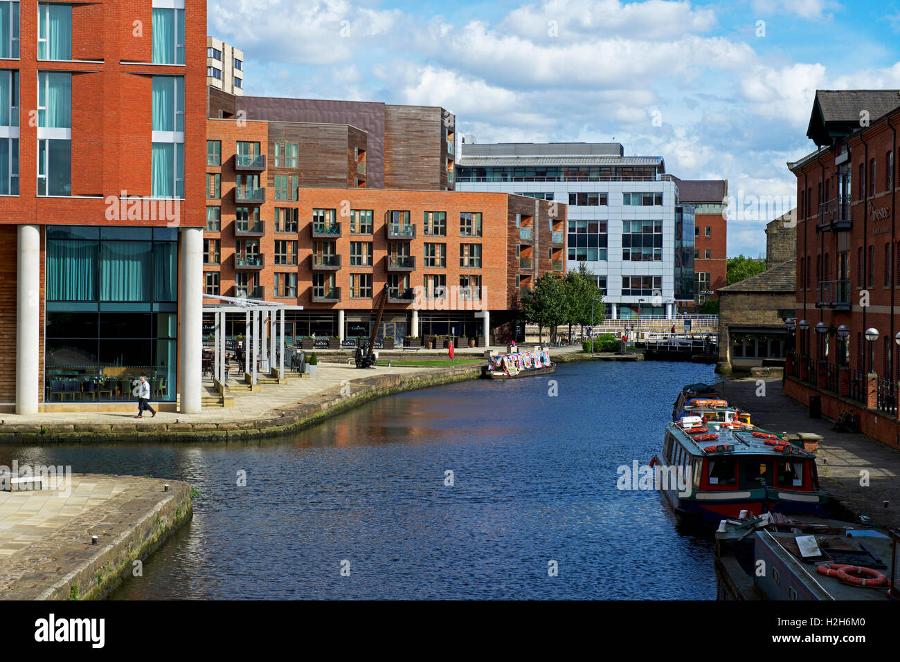 The canal basin of the Leeds & Liverpool Canal, Granary Wharf, Leeds, West Yorkshire, England UK - Stock Image