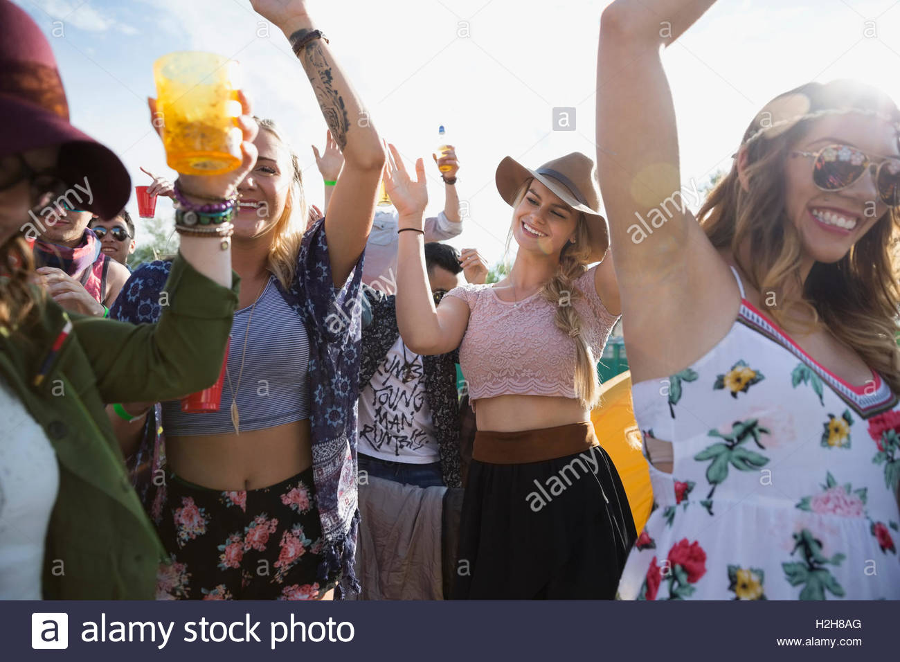 Young crowd dancing at summer music festival - Stock Image