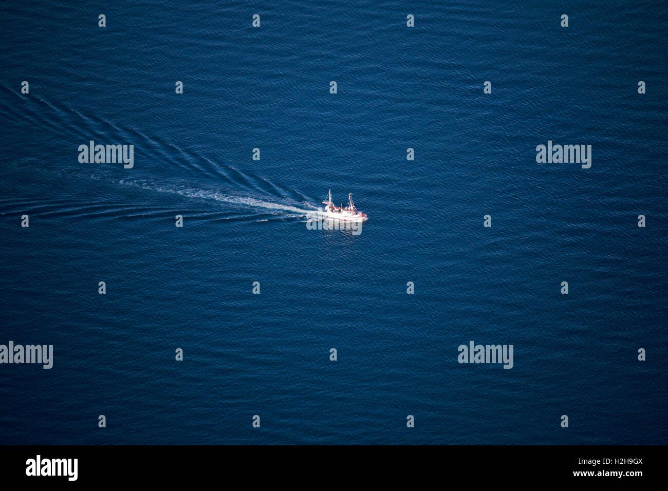 Impressionen: Fischerboot im Reinefjord vom Reinebringen aus gesehen, Reinefjord, Lofoten, Norwegen. Stock Photo