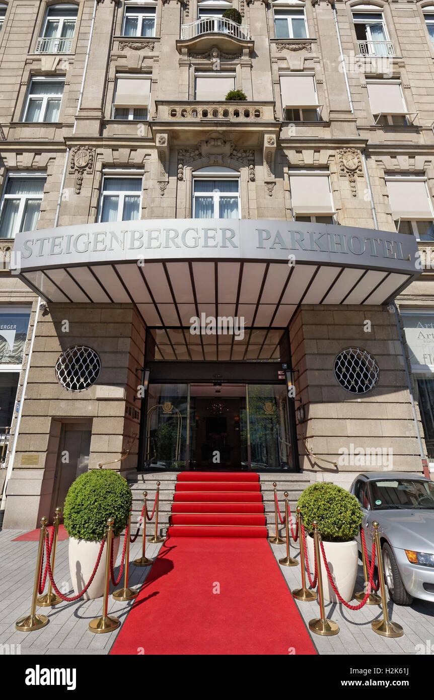 Hotel entrance with red carpet, Steigenberger Parkhotel, Königsallee, Düsseldorf, Rhineland, North Rhine - Stock Image