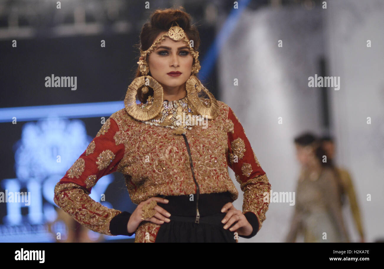 Lahore Pakistan 28th Sep 2016 Pakistani Models Present Creations Stock Photo Alamy